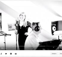 Mergina dainuojanti bliuzą